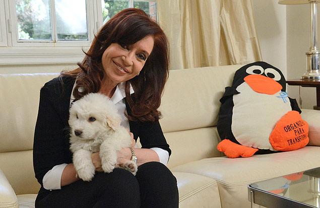 Simón, el perro de Cristina Kirchner, tuvo gran repercusión en la primera aparición de la presidenta argentina tras 40 días de reposo. Fotografía: Reuters.