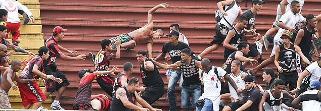 Una batalla campal entre hinchadas dejó cuatro heridos el domingo pasado. Fotografía: Geraldo Bubniak- Fotoarena/Folhapress