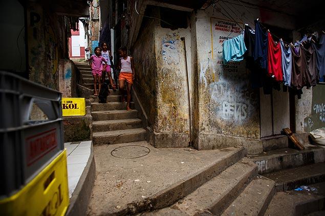 Niños caminan por el morro de la favela Santa Marta, en la zona Sur de Río. Fotografía: Daniel Marenco/Folhapress