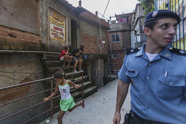 La convivencia es pacífica en Santa Marta, entre los niños y la policía. Fotografía: Ana Carolina Fernandes/Folhapress