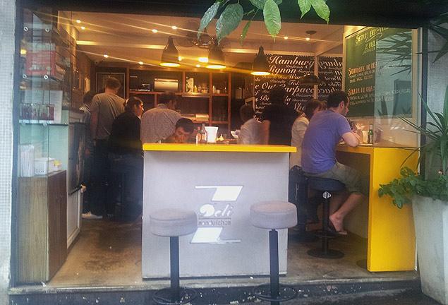 A la gente no le importa esperar para comer en Z Deli. Fotografía: Cecilia Arbolave