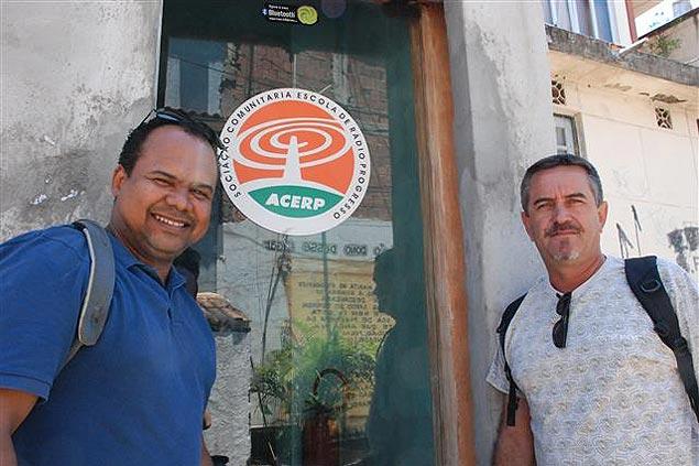 Marco Araújo y Wladimir Aguiar (derecha) en la sede de Radio Maré. Fotografía: Milli Legrain
