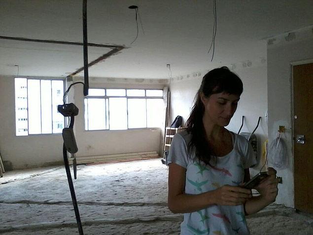 Noelia, en plena acción, durante la reforma de un apartamento. Fotografía: Cecilia Arbolave