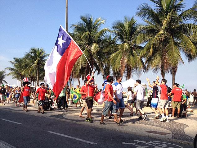 Un grupo de chilenos pasea por Ipanema, en Río de Janeiro. Fotografía: Fabio Brisolla/Folhapress