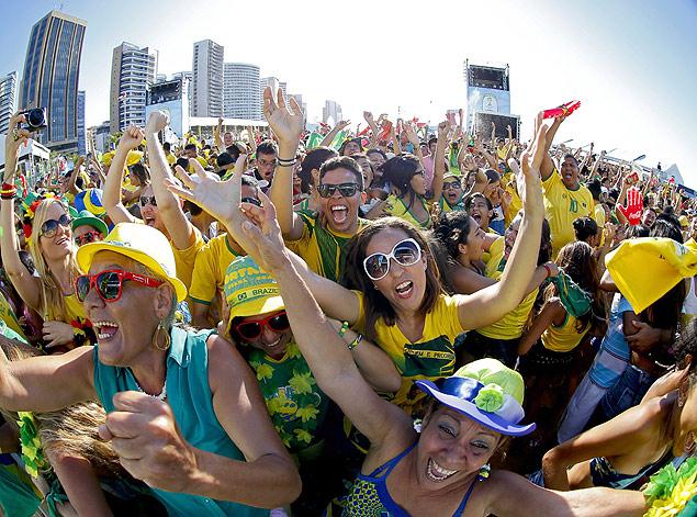 Brasileños festejan el gol de Brasil contra Chile, en la Fan Fest de Fortaleza. Fotografía: Kamil Krzaczynski/Efe