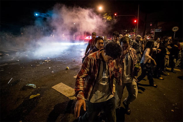 La Policía Militar usó gases lacrimógenos para dispersar a los hinchas reunidos en Vila Madalena, barrio bohemio de São Paulo. Fotografía:Avener Prado/Folhapress
