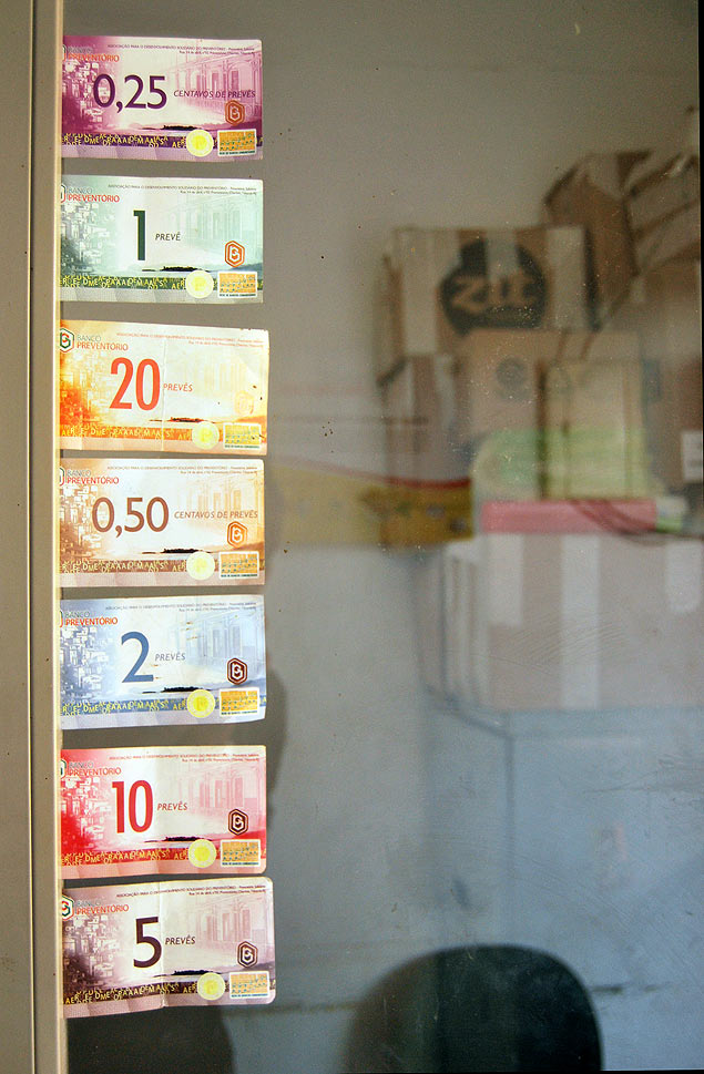 Muestra de diferentes billetes de la moneda social prevês en un establecimiento de la favela del Preventorio. Fotografía: Luna Gámez
