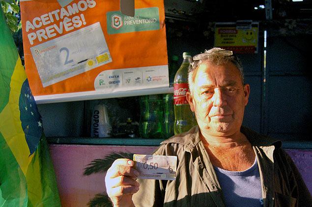 Francisco Silva ofrece descuentos para quienes pagan con prevês en su bar con vistas a Río de Janeiro. Fotografía: José Bautista