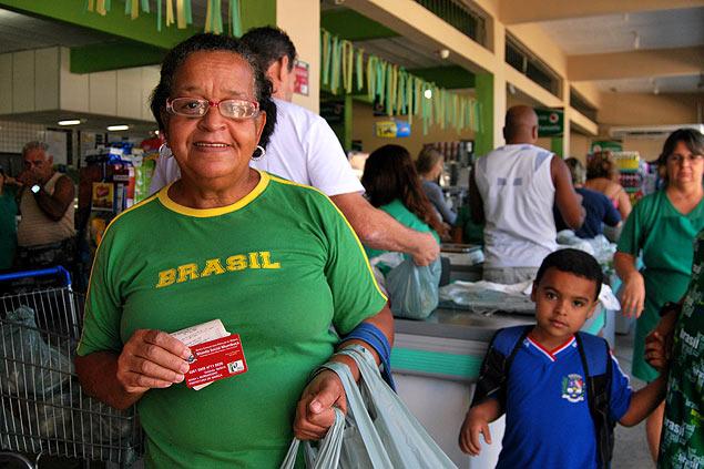 María de Lourdes sale del supermercado tras su primera compra con la moneda electrónica mumbuca. Fotografía: Luna Gámez