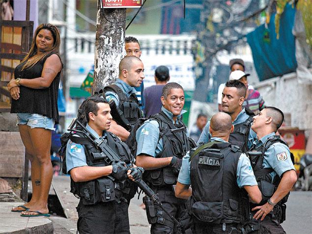 Un grupo de la Policía Militar conversa en la UPP de la favela Rocinha, en Río de Janeiro. Fotografía: Rony Maltz/Folhapress.