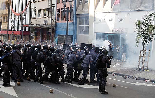 La policía brasileña, una de las que más mata y más muere en el mundo, deja 5 cadáveres por día a la vez que más de 200 policías mueren cada año. Fotografía: Alice Vergueiro/Futura Press/Folhapress.