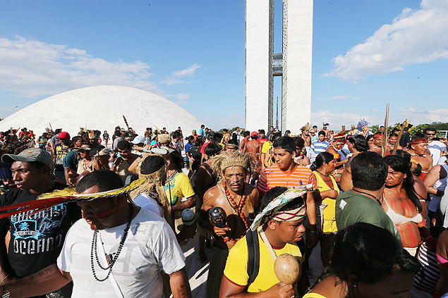 En abril de este año, indios invadieron la  cúpula del edificio del Congreso Nacional en una manifestación por la defensa de los derechos territoriales de los pueblos indígenas. Fotografía: Alan Marques/Folhapress.