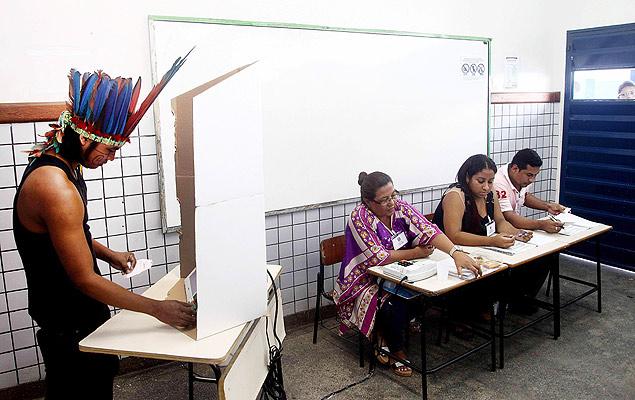 Un indio de la etnia Ticuna vota el domingo 5 de octubre de 2014 en la primera vuelta de las elecciones brasileñas, en en el barrio Ciudade de Deus de Manaos, en la Amazonía brasileña. Fotografía: Diego Janata/Efe.
