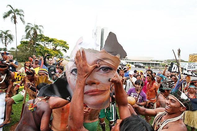 En octubre de 2013, indígenas que participaban de la semana nacional de la movilización indígena rompen un cartel  con la foto de Dilma Rousseff. Fotografía: Pedro Ladeira/Folhapress.