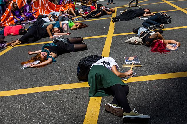 Un grupo de mujeres protesta contra la  violencia de género en São Paulo, durante la Marcha de las Mujeres, promovida por la alcaldía de la ciudad. Fotografía: Apu Gomes/Folhapress.