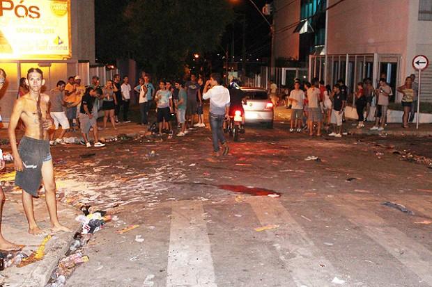 Estudantes se concentram nas ruas próximas ao Centro Universitário de Bebedouro após ação da PM. Fotografía: Fernando Oliveira/O Jornal.