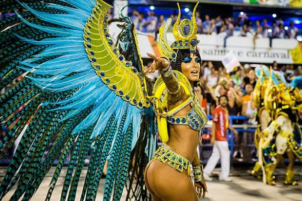 Escolas de samba desfilaron en el sambódromo de Río de Janeiro. Fotografía: Eduardo Anizelli/Folhapress.