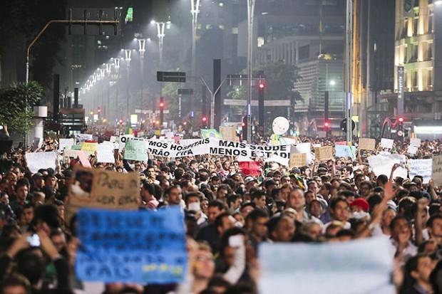Miles de manifestantes tomaron la avenida Paulista en junio de 2013. Fotografía: Marcelo Justo/Folhapress.