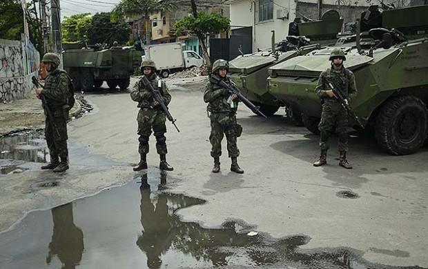 Soldados refuerzan la seguridad en el Complexo da Maré después de un día de un inteso intercambio de disparos entre traficantes locales. Fotografía: Alex Ribeiro/Folhapress.