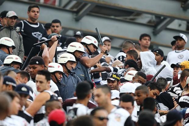 Policías e hinchas del Corinthians se enfrentan durante un partido, en 2014. Fotografía: Robson Ventura - 21.set.2014/Folhapress.