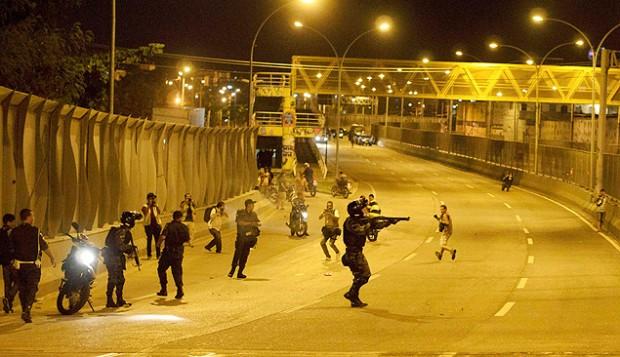 Policías intentan contener una protesta cerca del Complexo da Maré, en Río de Janeiro. Fotografía: Mauricio Fidalgo/Reuters.