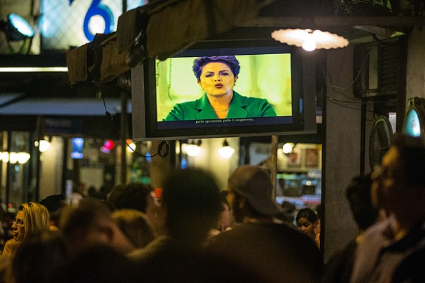 A comienzos de marzo, mientras Dilma Rousseff hablaba por televisión los brasileños hicieron sonar sus cacerolas, en ciudades como São Paulo y Belo Horizonte. Fotografía: Eduardo Anizelli/Folhapress.