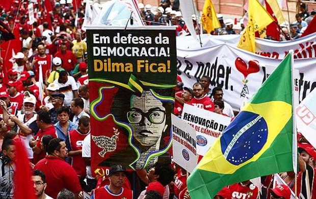 Integrantes de la Central Única de los Trabajadores (CUT) y otras centrales sindicales  organizaron un acto en defensa de los derechos de los trabajadores, el pasado 13 de marzo. Fotografía: Eduardo Anizelli/Folhapress.