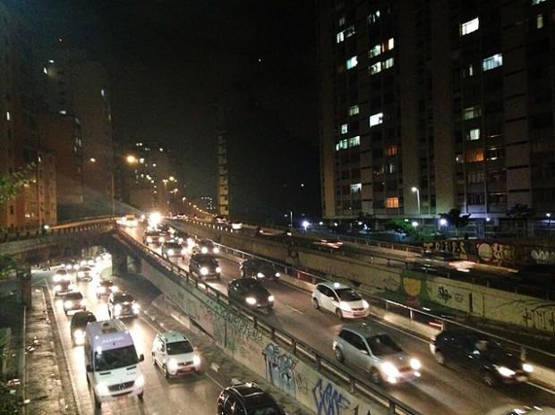 Miles de autos transitan el Minhocão para llegar al centro de São Paulo. Fotografía: