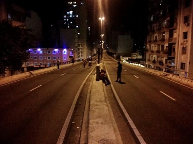 Por las noches, las personas andan en bicleta, corren o simplemente disfrutan de un paseo por el Elevado. Fotografía: Esteban Nieto.