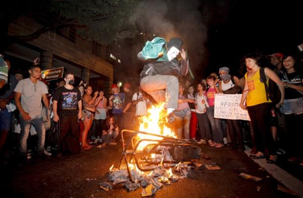 Manifestantes queman un molinete durante una protesta contra la tarifa de ómnibus y los gastos del Mundial. Fotografía: Lincon Zarbietti /O Tempo/Folhapress.