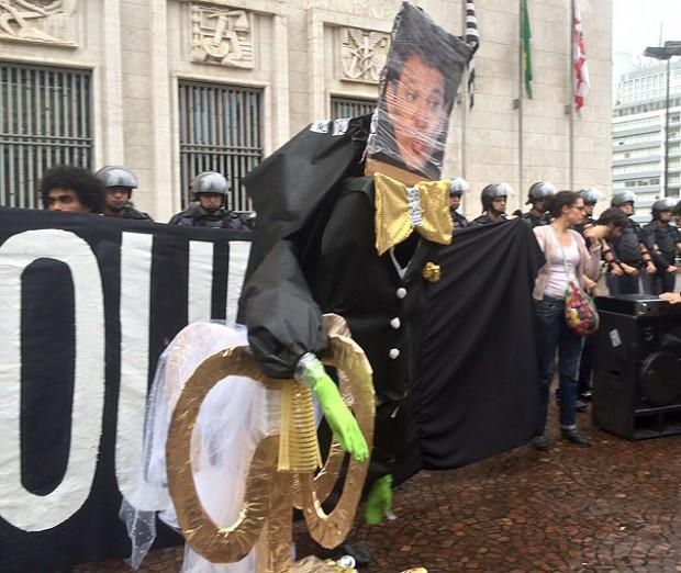 Durante una protesta en São Paulo, los manifestantes festejaron un  casamiento del alcalde Fernando Haddad y un molinete. Fotografía: Artur Rodrigues/Folhapress.