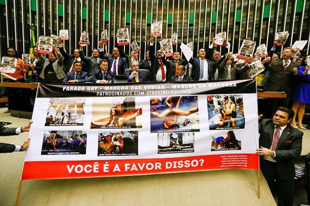 La bancada de diputados evangélicos protestan contra la marcha del orgullo LGBT.  Fotografía: Pedro Ladeira/Folhapress.