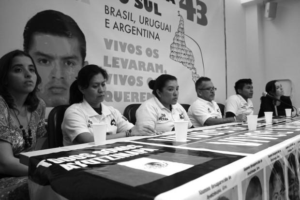 Familiares de los 43 estudiantes desaparecidos e integrantes de la Caravana se reúnen con movimientos sociales en Rio de Janeiro. Fotografía: Pilar Pedraza