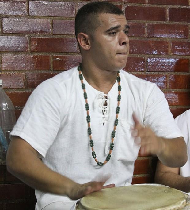 Ricardo Nery, ahora con 22 años. Nació y se crió en el candomblé, religión a la que pertenece hasta hoy a pesar de haber sido discriminado durante la infancia. Fotografía: Stela Guedes Caputo.