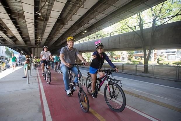 El alcalde de São Paulo  inauguró la ciclovía ubicada debajo del Minhocao a  comienzos de agosto. Fotografía: Danilo Verpa/Folhapress.