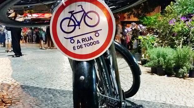 """""""La calle es de todos"""", dice el cartel de la bicicleta de Jonathan. Fotografía: Abel Navarro."""