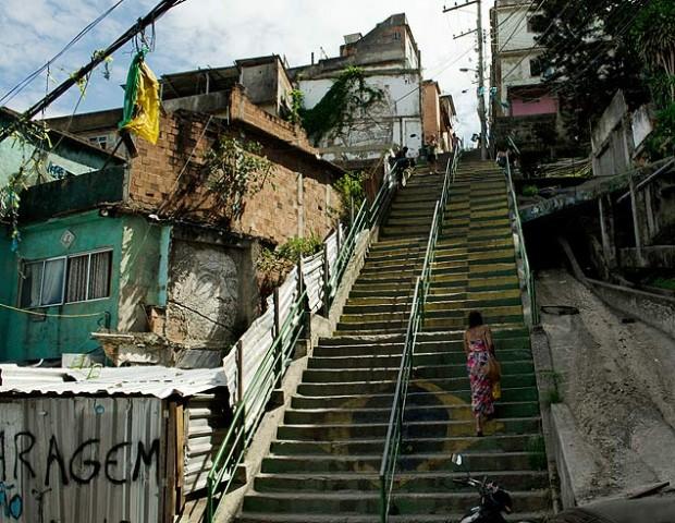 Escaleras de la zona más alta del Morro de la Providencia. Se ven dos piezas de VHILS, que retratan antiguos habitantes. Crédito: Abel N. Alejandre.